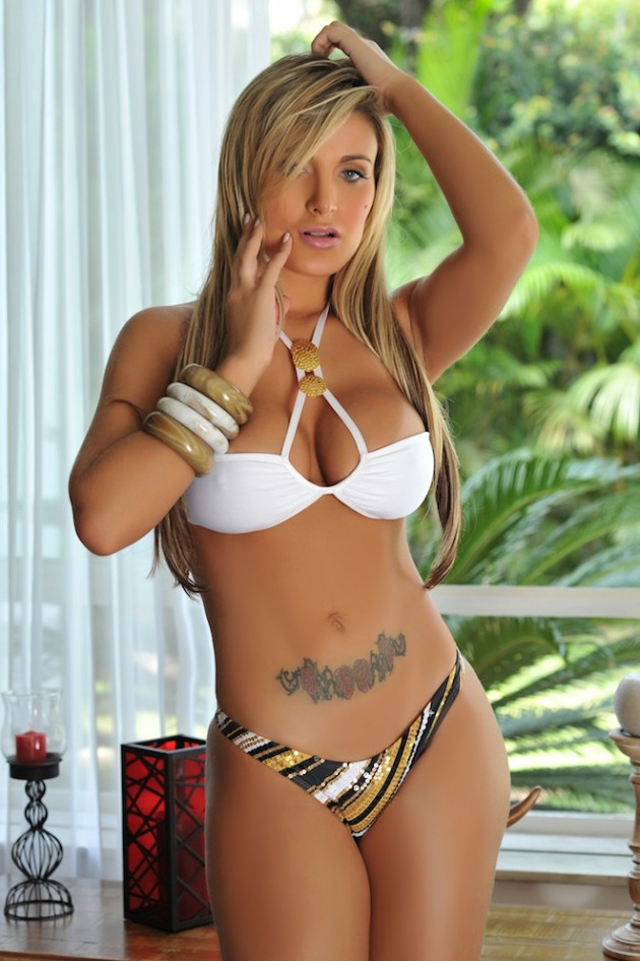 Andressa Urach dançarina do cantor Latino