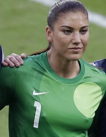 Hope Solo aparece com o farol acesso na foto oficial da final do futebol feminino na olimpíada de Londres 2012