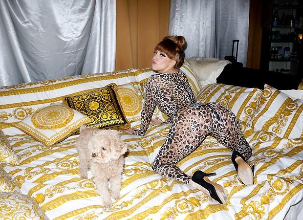 Lady Gaga coloco a bunda pro alto em um ensaio sensual
