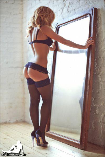 Minha futura esposa se arrumando no espelho