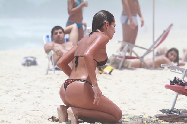 Ex-BBB Adriana pegando sol em praia no Rio de Janeiro
