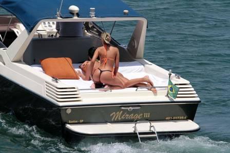 Andressa Urach e Camila Vernaglia se pegando em passeio de barco
