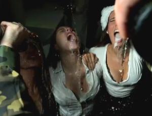 As 10 melhores formas de uma mulher beber champagne