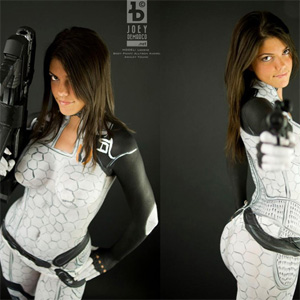 Fã faz cosplay sensual com bodypaint de Mass Effect 2