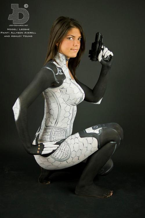 Fã faz cosplay de Miranda Lawson de Mass Effect 2 sem roupa apenas com pintura corporal