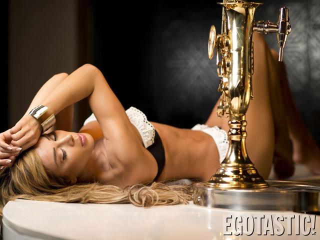 A modelo espanhola Alejandra Rios em um ensaio só de lingerie