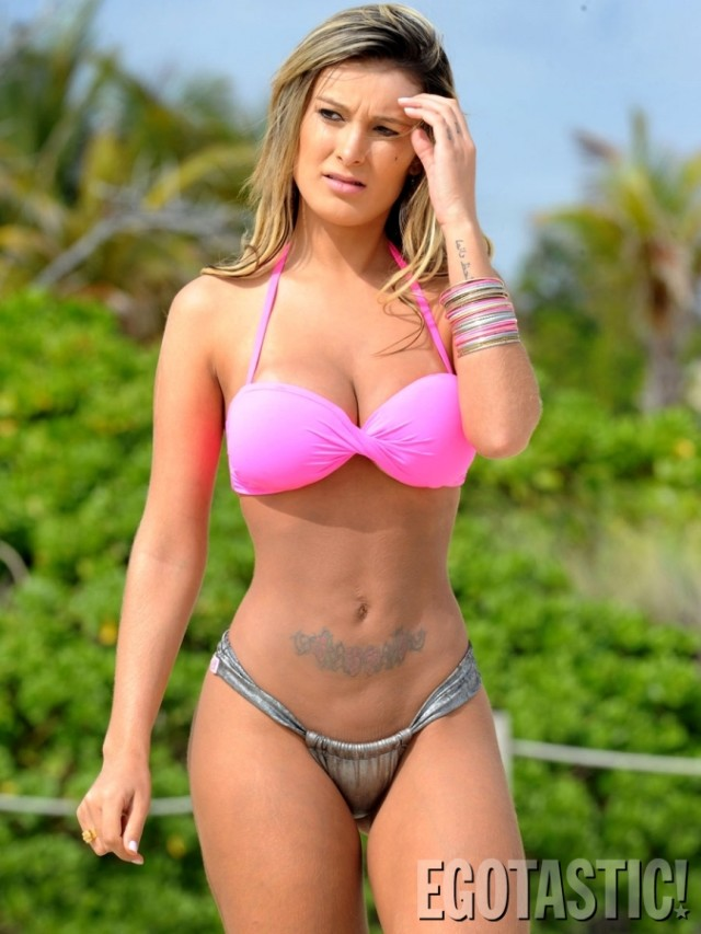 andressa-urach-bikini-strip-topless-in-miami-beach-08-675x900
