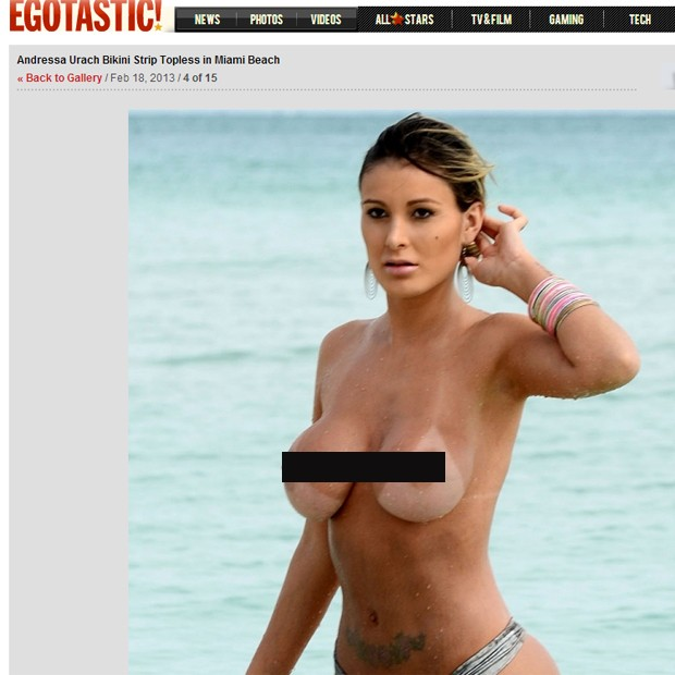 Andressa Urach faz topless em praia de miami