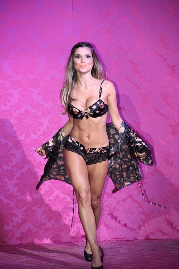 Flávia Viana, ex-BBB só de lingerie preta