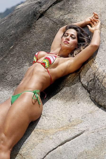 Ex-bbb Mayra cardi só de biquíni