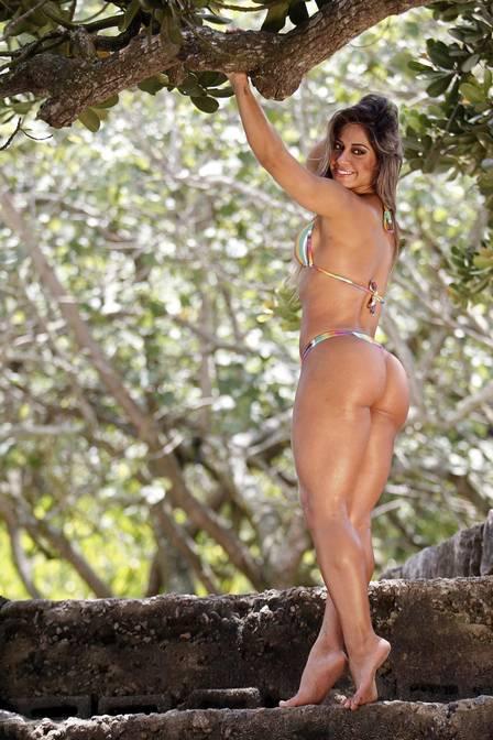 Mayra Cardi posa seu corpão de biquíni
