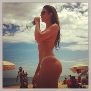 De biquíni, panicat Renata Molinaro mostra o corpão