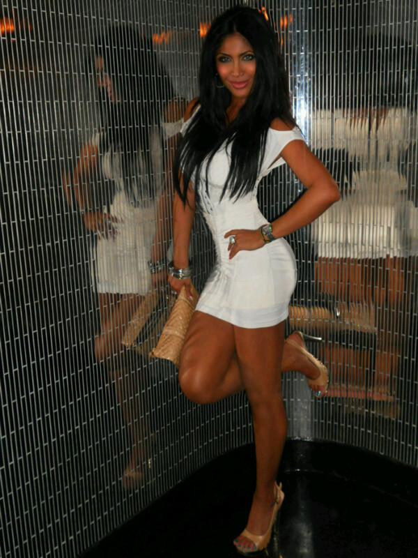 Rona Gonzales de vestido branco