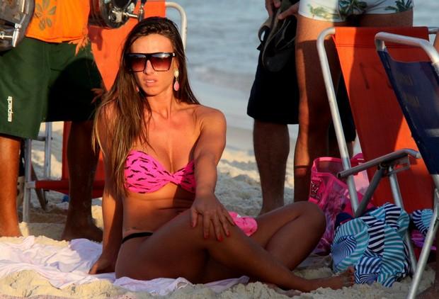 Nicole Bahls de fio-dental na praia