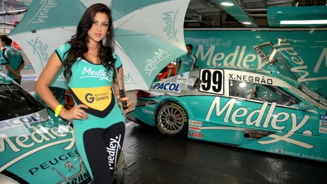 grid-girl-posa-com-guarda-chuva-na-mao-no-box-da-medley-1355077157573_1920x1080