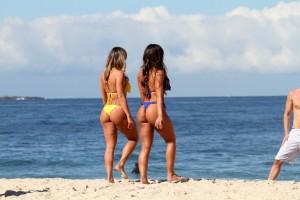 Nicole Bahls e Fani Pacheco de biquíni na praia