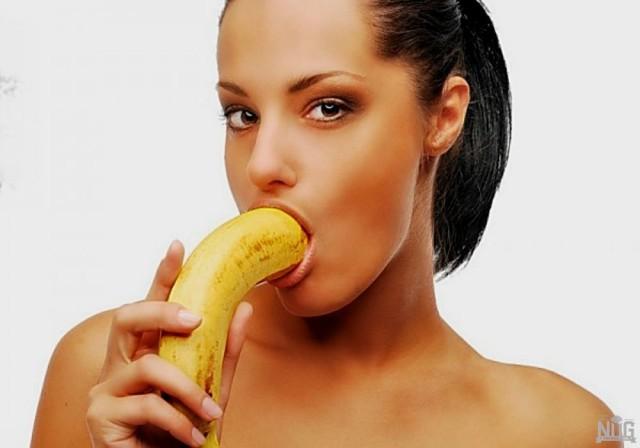 mulheres-brincando-com-uma-banana13