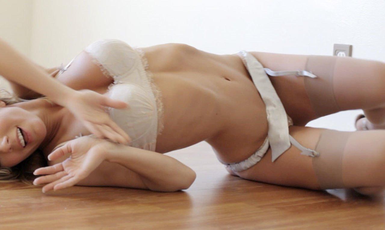 Donna hood rebolando de lingerie