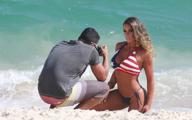 nicole-bahls-faz-ensaio-de-biquini-na-praia