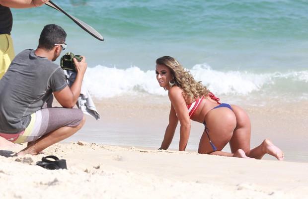 nicole-bahls-faz-ensaio-de-biquini-na-praia11