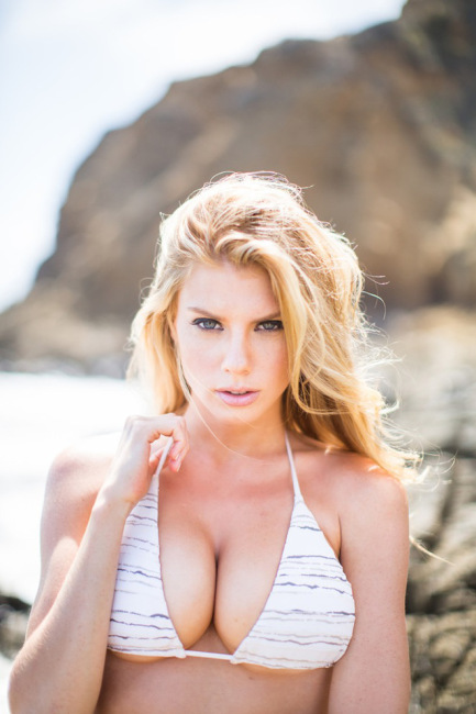 A beleza de Charlotte Mckinney