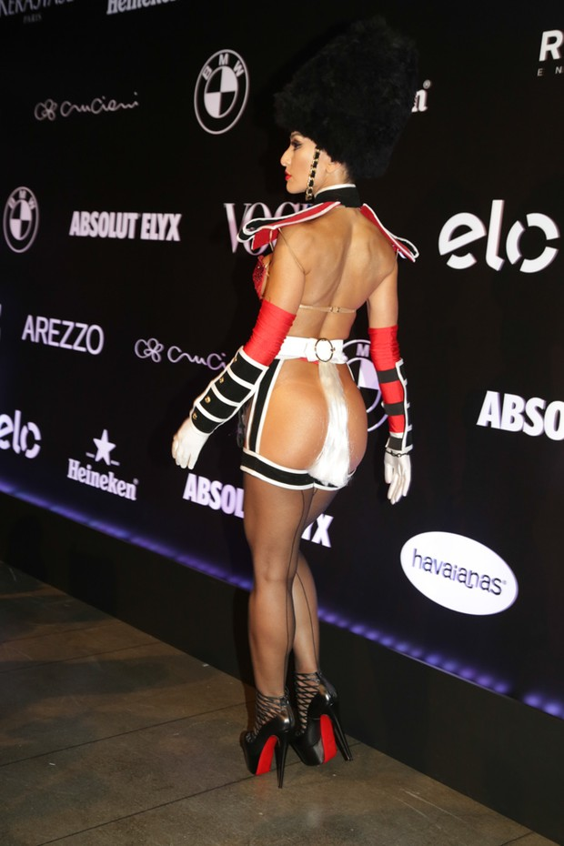 Sabrina Sato sem calcinha no baile da Vogue