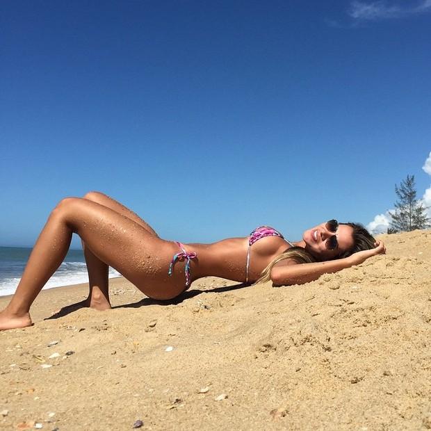Adriana Sant'Anna e o seu belo corpo na praia