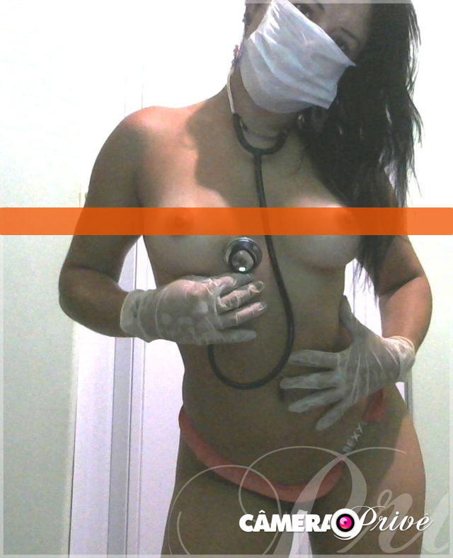 Morena sarada na webcam mostrando tudo