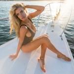 topless-charlotte-mckinney-em-um-barco10