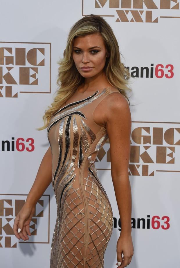 Samantha Hoopes de vestido transparente e sem lingerie