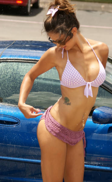 sexy_girls_getting_wet_n_wild_at_the_car_wash_640_13
