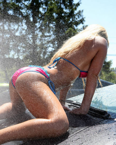 sexy_girls_getting_wet_n_wild_at_the_car_wash_640_28