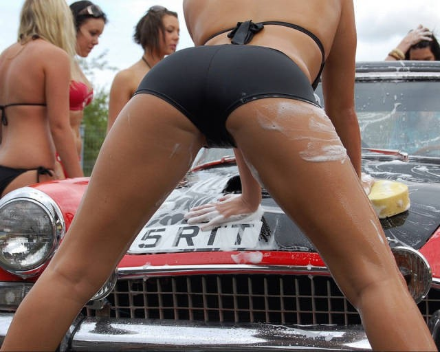 sexy_girls_getting_wet_n_wild_at_the_car_wash_640_42