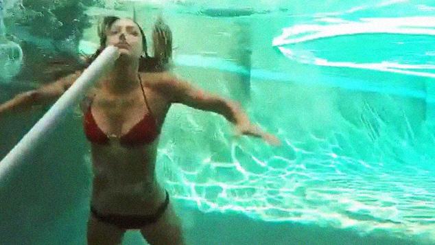 Allison Stokke e um belo salto com vara dentro da piscina