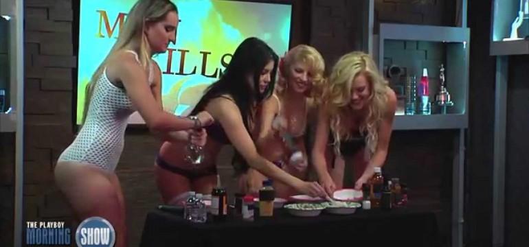 Beldades fazendo molho barbecue só de lingerie