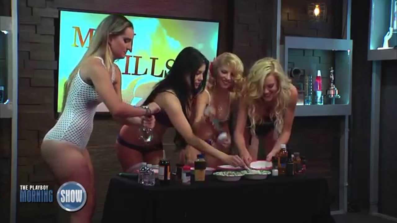 Gostosas fazendo molho barbecue só de lingerie