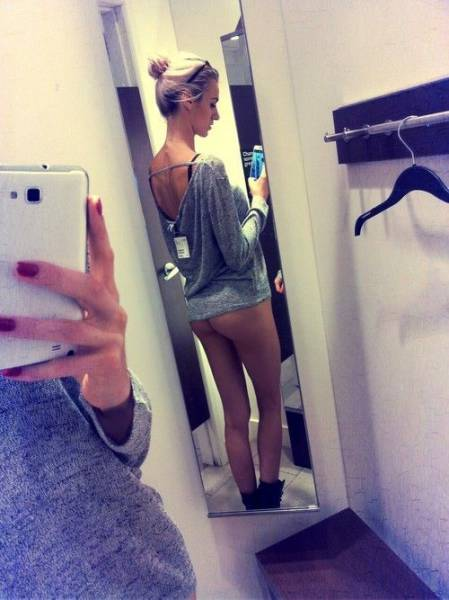 something_about_changing_rooms_makes_girls_want_to_selfie_640_09
