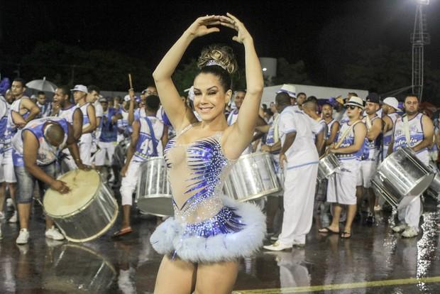 Gil Jung e seu bumbum perfeito no ensaio da escola de samba