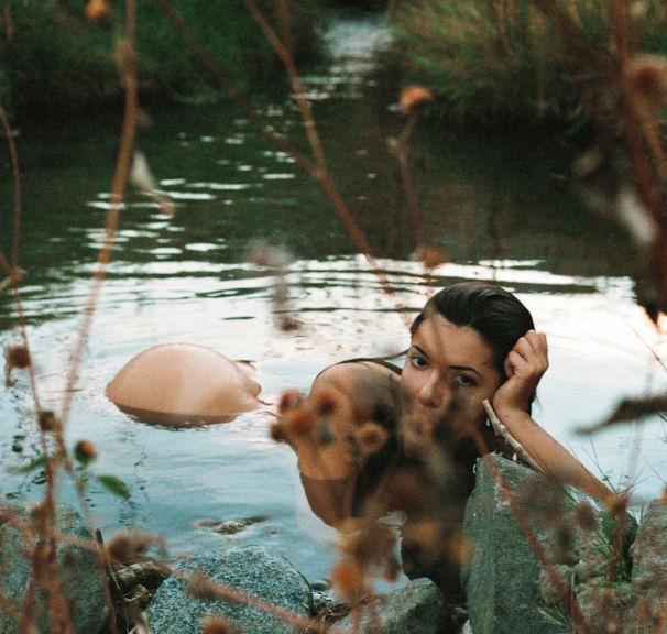 A Fotógrafa Molly Steele virou as suas lentes para ela mesma para Revista Playboy