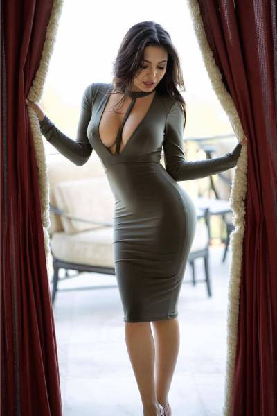 oh_my_those_tight_dresses_640_06