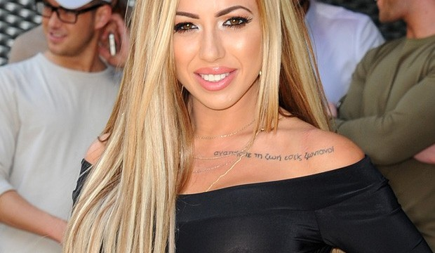 Holly Hagan vai de blusa transparente e sem sutiã a evento