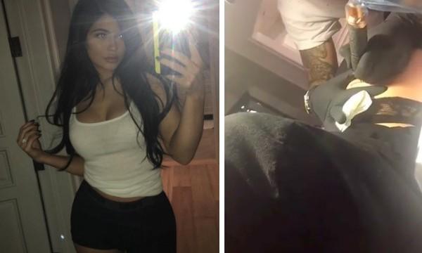 Kylie Jenner fazendo uma tatuagem na bunda