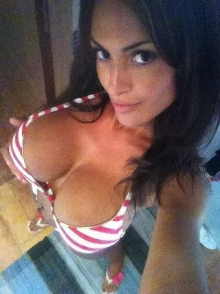 sexy_selfies_are_womens_gifts_to_men_640_01