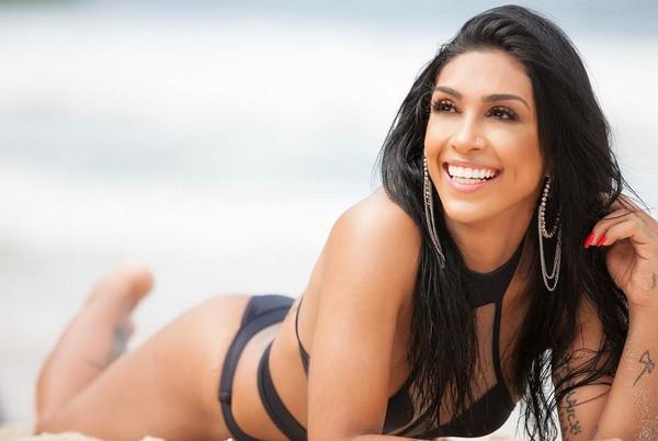 Amanda Djehdian exibindo seu belo corpo
