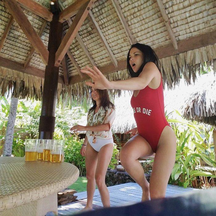 Olivia Munn monstrando o seu talento jogando beer pong de maio