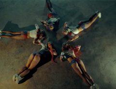 Russas sexys dançando vestidas de Arlequina