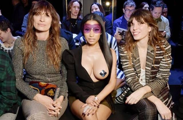 Nicki Minaj sensualizando com decote extravagante.