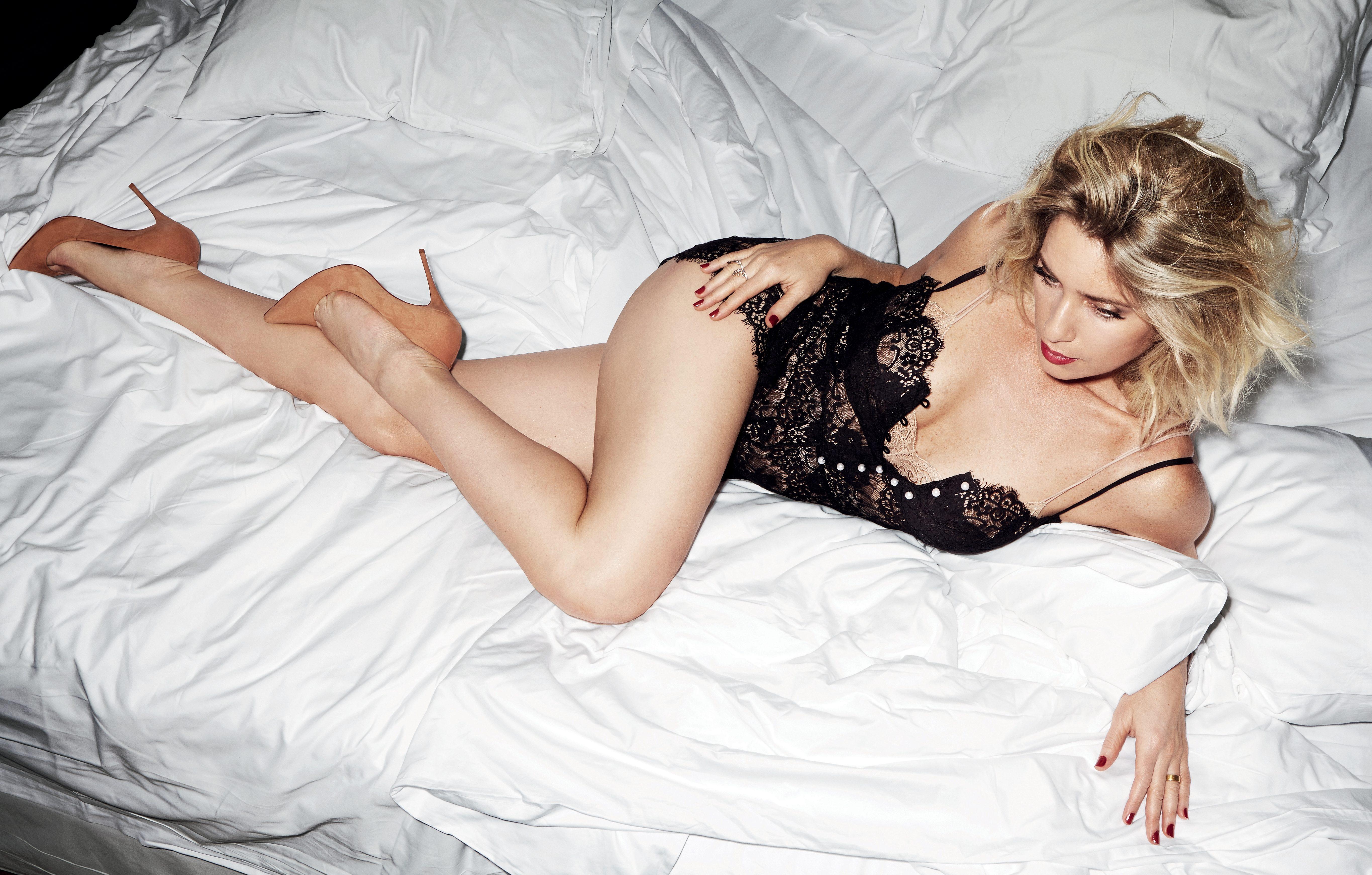 A atriz Letícia Spiller é sexy além dos limites – Revista VIP