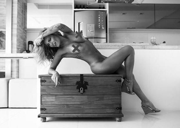 Natalia Casassola só de adesivo no peito