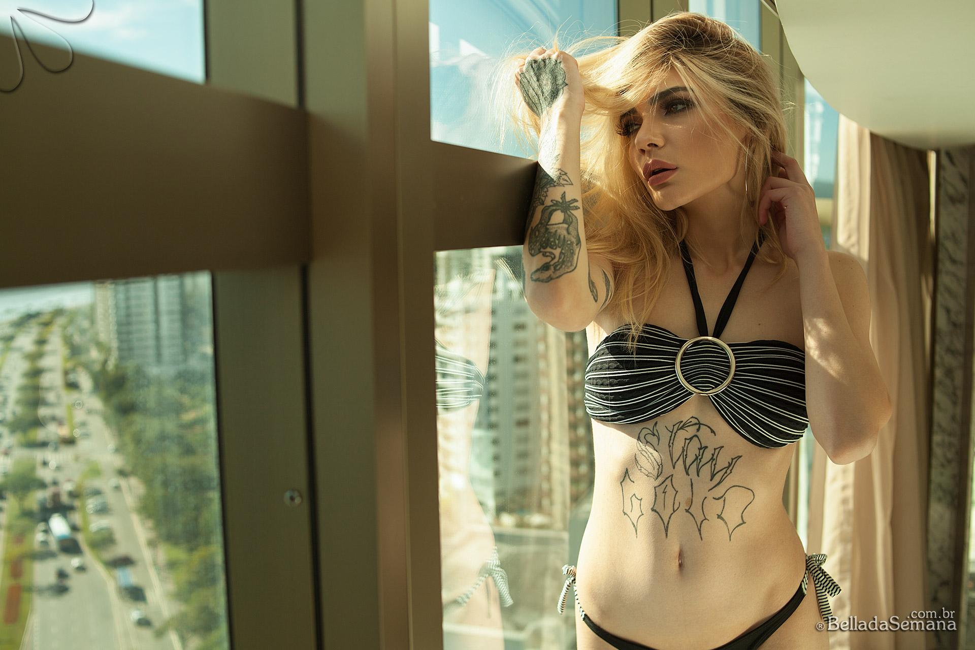 A Beldade tatuada Kessy Luchmann